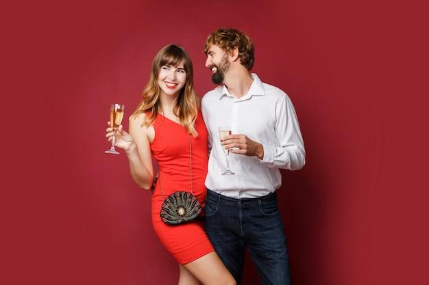 Mulher morena com o marido segurando a taça de champanhe