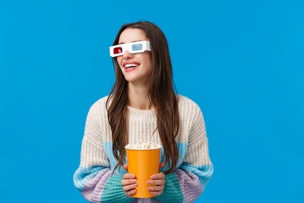 Mulher morena com óculos 3d e pipoca
