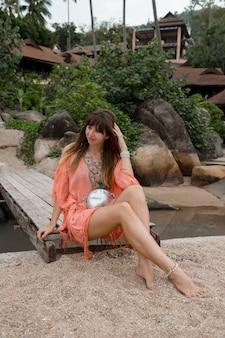Mulher morena curtindo férias na praia tropical.