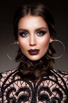Mulher morena de beleza com maquiagem perfeita. maquiagem profissional bonita para férias.