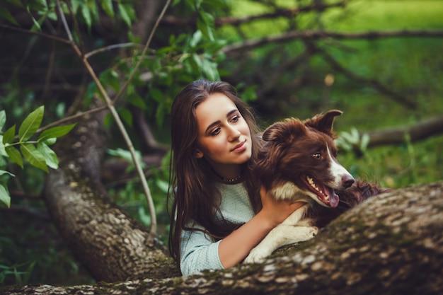 Mulher morena e seu cachorro