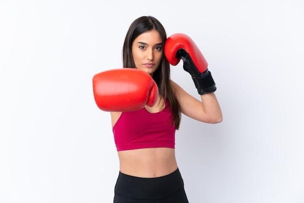 Mulher morena esporte jovem sobre branco com luvas de boxe