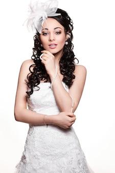 Mulher morena feliz noiva linda sexy vestido de noiva branco com penteado e maquiagem brilhante