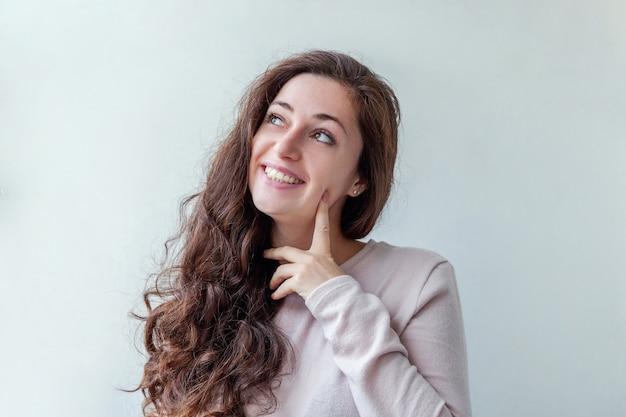 Mulher morena feliz sorrindo isolada no branco