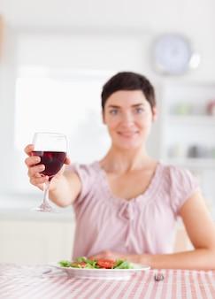 Mulher morena linda brindando com vinho