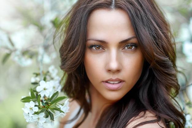 Mulher morena linda incrível com uma pele perfeita - close-up