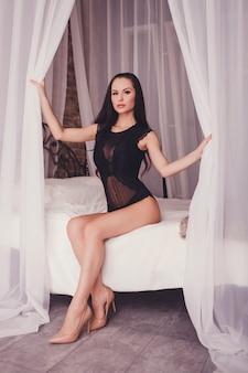 Mulher morena sensual em lingerie sexy