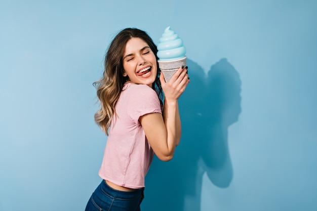 Mulher morena sonhadora tomando sorvete