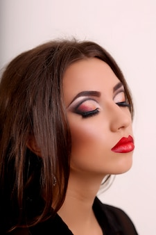 Mulher morena surpresa beleza isolada no fundo branco. garota linda. emoção. lábios vermelhos e unhas pretas. penteado. maquiagem