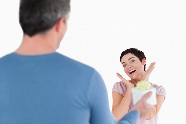 Mulher morena tocada pelo presente do marido