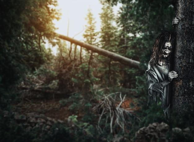 Mulher morta-viva de terror olha por trás de uma árvore.
