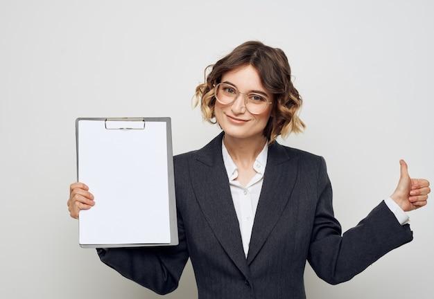 Mulher mostra uma folha de papel em branco em um pequeno espaço de cópia de finanças de negócios