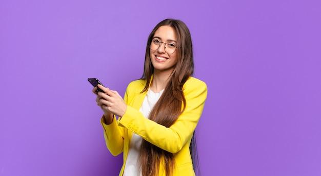 Mulher mostrando a tela do celular.