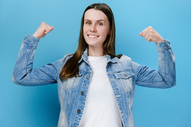 Mulher mostrando bíceps e parecendo confiante