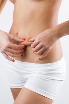 Mulher, mostrando, cellulite, dela, barriga