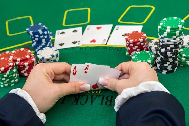 Mulher mostrando combinação de dois ases, pôquer