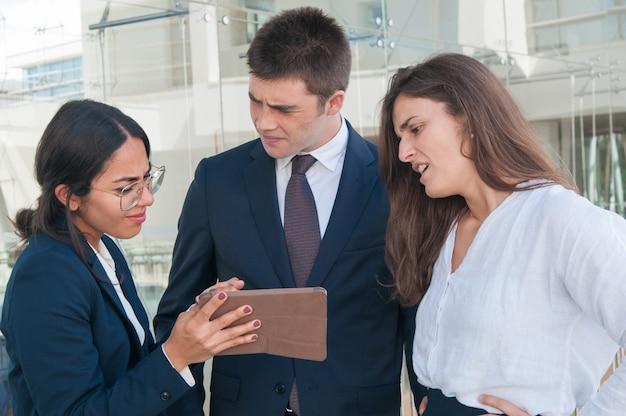 Mulher, mostrando, dados, ligado, tabuleta, colegas, duvidando, idéia