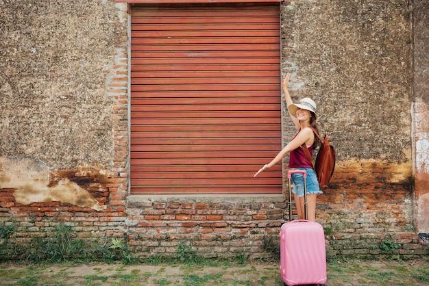 Mulher, mostrando, doca carga, portão