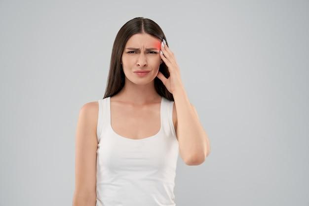 Mulher mostrando dor de cabeça