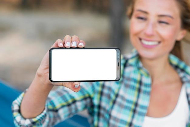 Mulher mostrando espaço de cópia horizontal celular