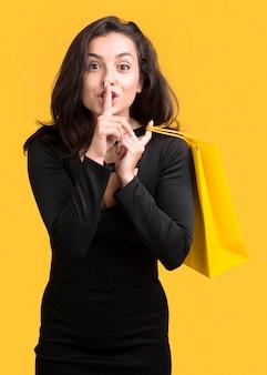 Mulher mostrando gesto silencioso vista frontal