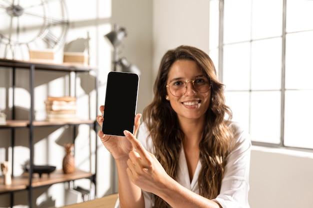 Mulher mostrando o telefone