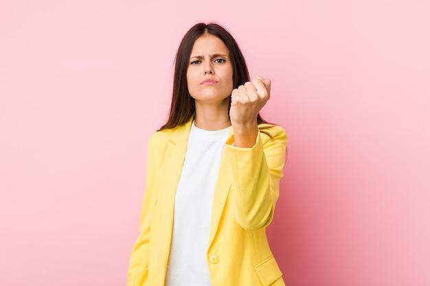 Mulher mostrando punho em estúdio