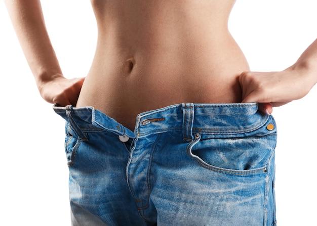 Mulher mostrando seu progresso após a perda de peso