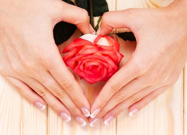 Mulher mostrando suas lindas unhas com manicure e rosa