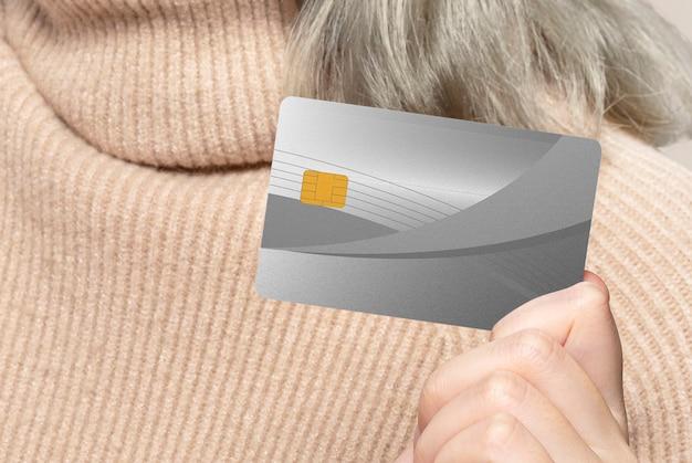 Mulher mostrando um cartão de crédito