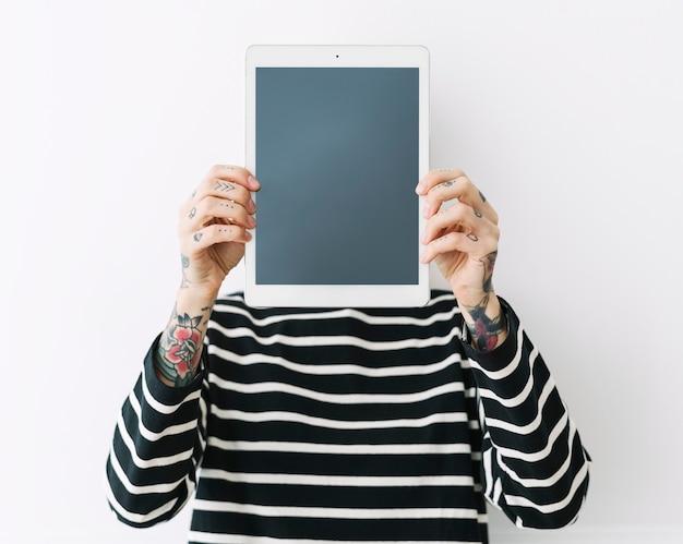 Mulher mostrando um tablet
