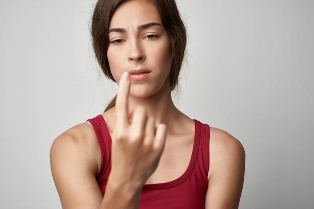 Mulher mostrando uma lesão no dedo indicador, closeup