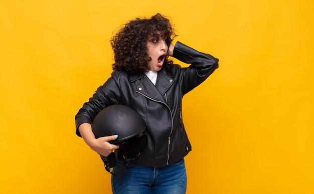 Mulher motociclista se sentindo feliz, animada e surpresa