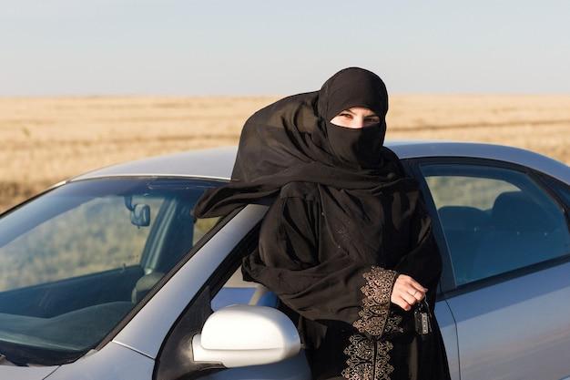 Mulher motorista no estado islâmico. direitos e responsabilidades das mulheres