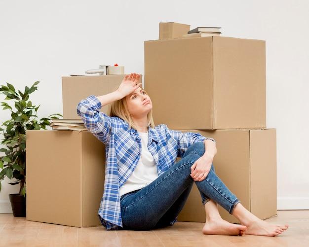 Mulher, movendo-se para uma casa nova