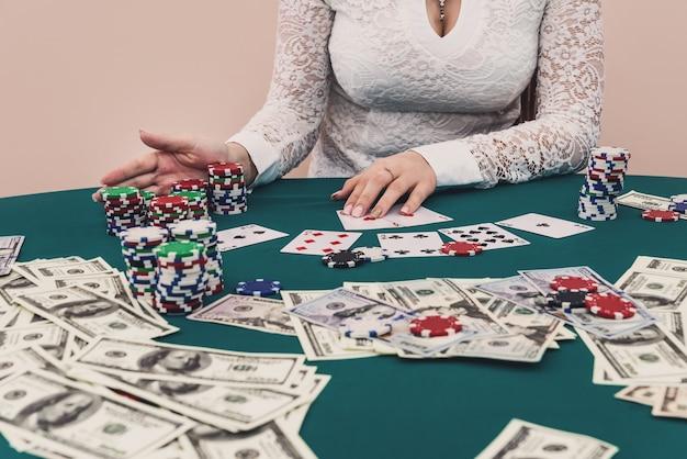 Mulher movendo todas as suas fichas para uma aposta