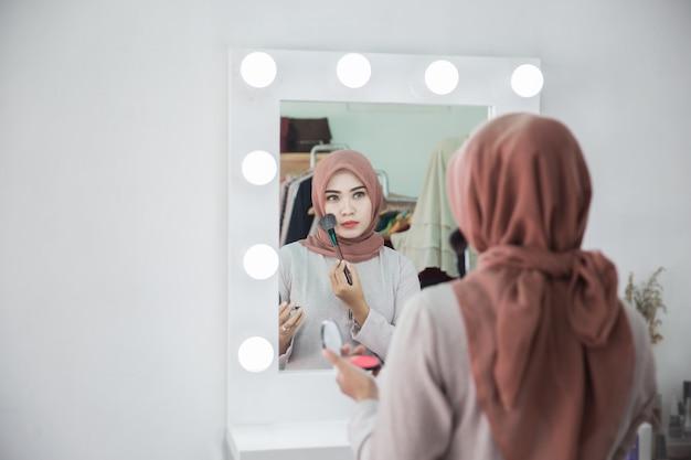 Mulher muçulmana aplicar maquiagem