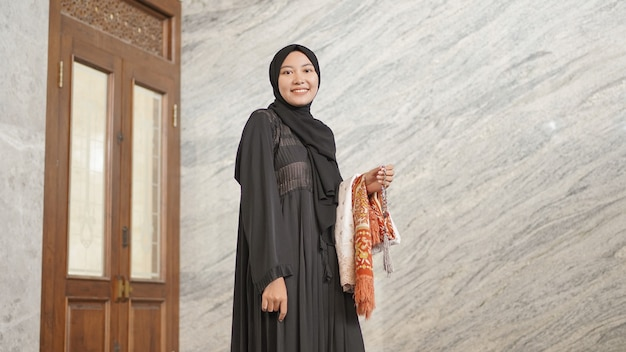 Mulher muçulmana após o culto na mesquita