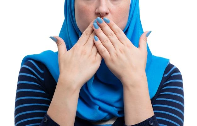 Mulher muçulmana árabe, cobrindo a boca isolada no fundo branco