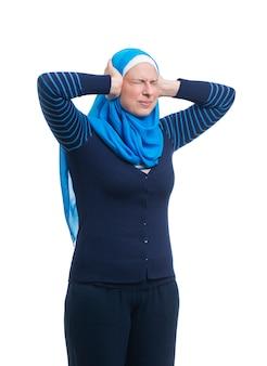 Mulher muçulmana árabe irritada, cobrindo os ouvidos com as mãos
