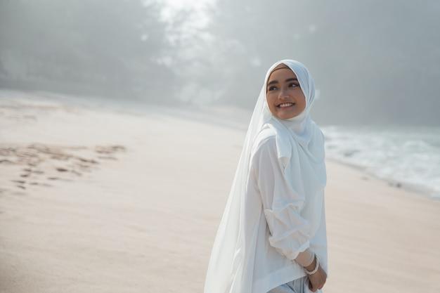 Mulher muçulmana asiática atraente sorrindo