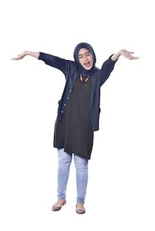 Mulher muçulmana asiática bonita com gesto feliz
