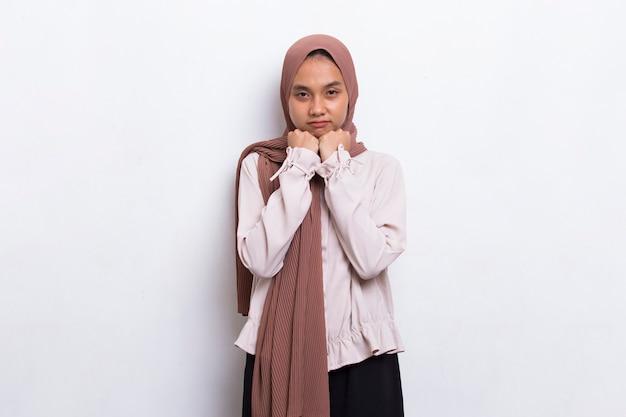 Mulher muçulmana asiática com raiva gritando e gritando no fundo branco