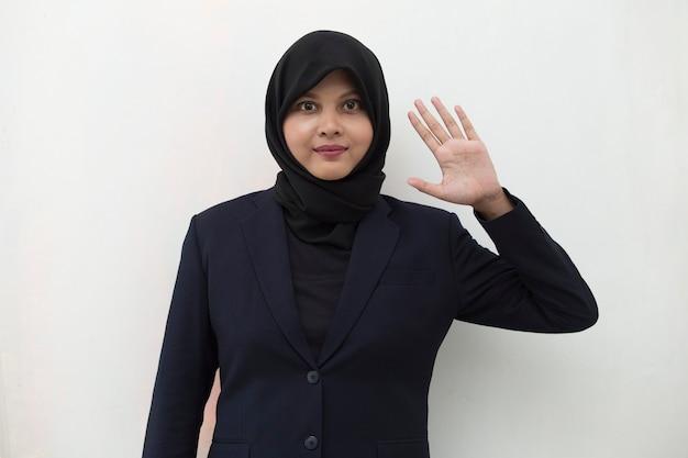 Mulher muçulmana asiática cumprimentando com gesto de mão