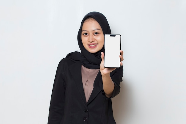 Mulher muçulmana asiática em hijab demonstrando telefone celular