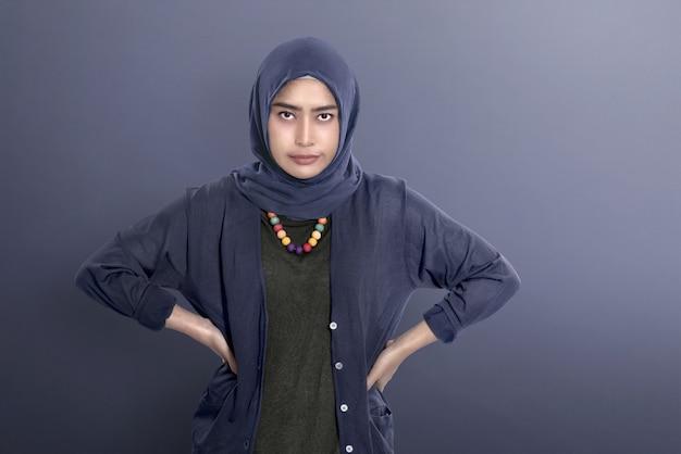 Mulher muçulmana asiática infeliz em pé