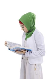 Mulher muçulmana asiática lendo o alcorão