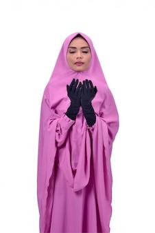 Mulher muçulmana asiática religiosa, levantando a mão e rezar