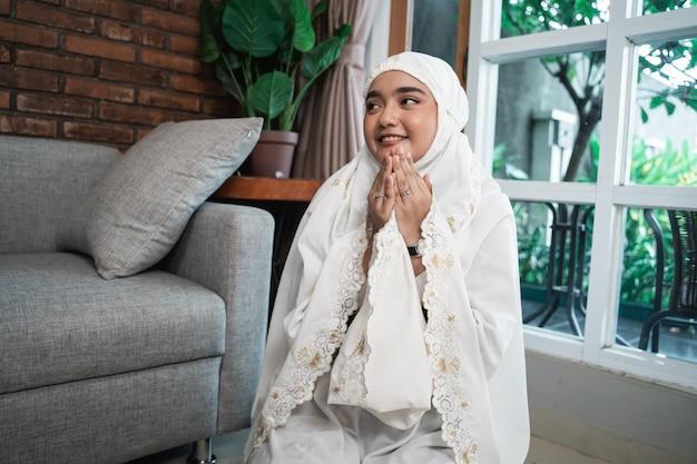 Mulher muçulmana asiática rezando
