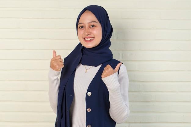 Mulher muçulmana asiática usando hijab com sinal de ok